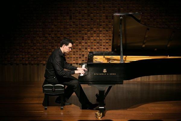 Alexandre Dias contou com participações de artistas contemporâneos na composição das peças desta noite (Tainá Frota/Divulgaçao)