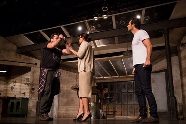 Carolina Ferraz, Otávio Martins e Fernando Pavão interpretam texto defendido nos EUA por estrelas de Hollywood, como  Julia Roberts e Bradley Cooper  (Priscila Prades/Divulgaçao)