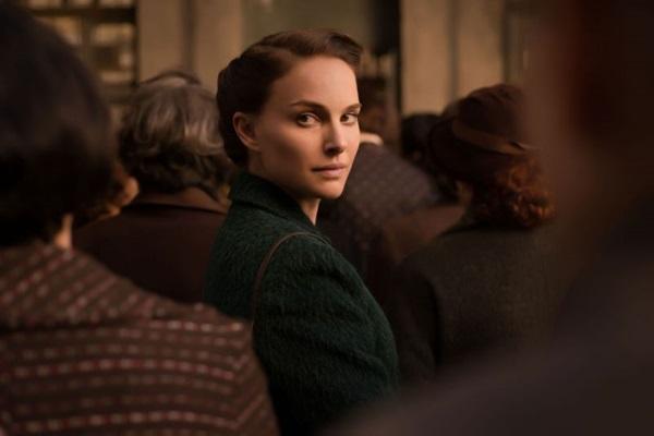 Natalie Portman interpreta a mãe do escritor Amos Oz  (Fênis Filmes/Reprodução)