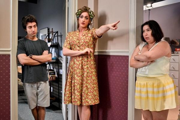 Atores Rodrigo Pandolfo, Paulo Gustavo e Mariana Xavier no filme Minha mãe é uma peça. (Downtown Filmes/Divulgação)