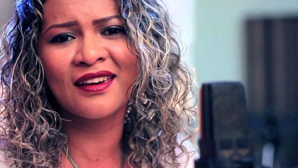 A cantora Carliane Alves é uma das atrações na Paróquia Nossa Senhora da Consolata ( YouTube/Reprodução. Carliane Alves)