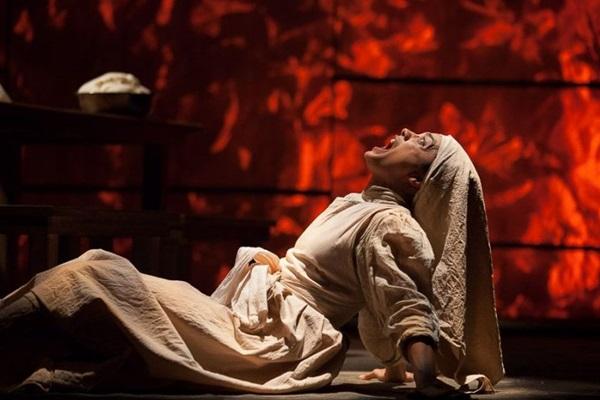 É a atriz Ana Cecília Costa que interpreta a poetisa espanhola (Laércio Luz/Divulgaçao)