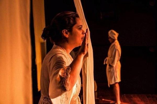 Os atores não só contracenam entre si, o público também participa do espetáculo (FOTO: InternetReprodução)