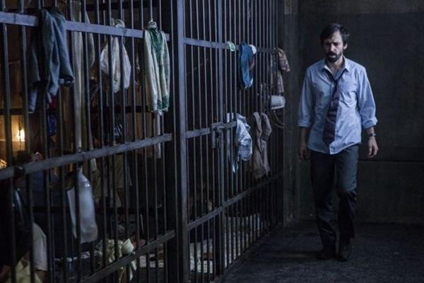 1 contra todos traz Julio Andrade na pele do advogado Cadu, que é preso injustamente (Fox/Divulgação)
