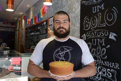 Tiago Riera recheia o bolo de mandioca com doce de leite, goiabada ou requeijão (Andre Violatti/Esp. CB/D.A Press)