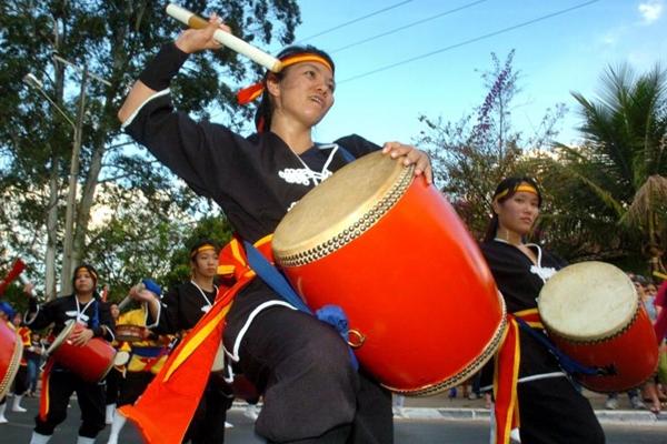 Grupo de percussão japonesa Ryukyu Koku Matsuri Daiko é uma das atrações do Sarau Chatô (Breno Fortes/CB/D.A Press)