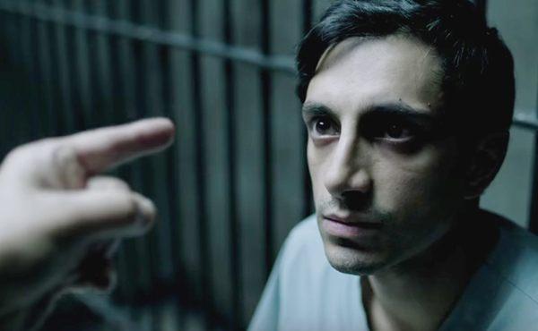 O personagem do ator Riz Ahmed é acusado de ter matado uma mulher