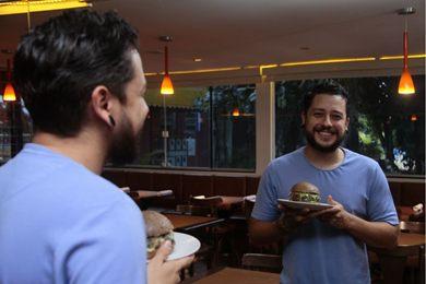 O jamburguer conta com ingredientes exclusivos brasileiros em sua receita, como o maxixe, açaí, jambu e tucupi (Ana Rayssa/Esp. CB/D.A Press)