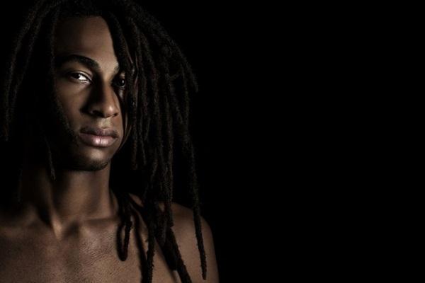 O músico faz sucesso na internet com suas canções sobre diversidade (Gabriel Wickbold/Divulgação)