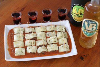 A parmegiana no palito é uma forma prática de comer o preparo em um bar