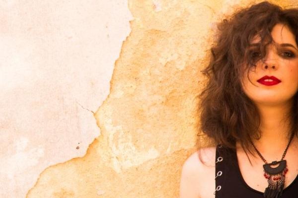 Ana Sucha canta em homenagem às mulheres (Bárbara Lopes/Divulgação)