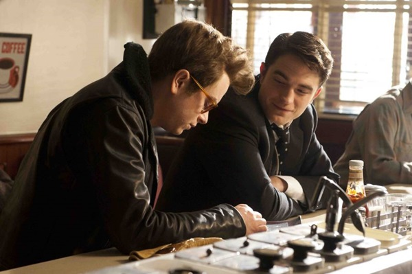 Dane DeHaan e  Robert Pattinson revivem personagens do mundo pop americano (Reprodução/Internet)