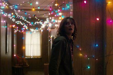 Winona Ryder, musa dos filmes dos anos 1980, está de volta ao mesmo estilo em Stranger things (Netflix/Divulgação)