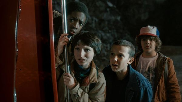 O quarteto formado por Lucas, Mike, Eleven e Dustin faz de tudo para encontrar o amigo Will (Netflix/Divulgação)