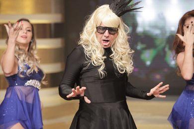 Aposta no humor: João Kleber imita Lady Gaga no palco (Arthur Igrecias/Divulgação)