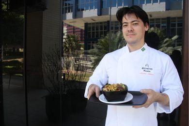 Chef Mateus Takano, do Genghis Khan, utiliza óleo de gergelim no yakissoba (Ana Rayssa/Esp. CB/D.A Press - 29/7/16 )