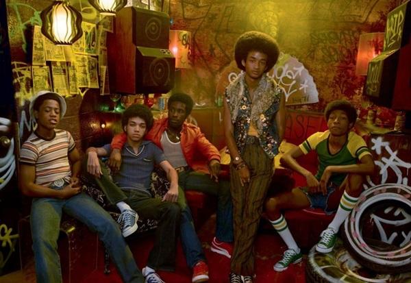 Primeiros dias do movimento hip-hop no bairro do Bronx é a temática de The get down, série criada e dirigida por Baz Luhrmann ( Netflix/Divulgação)