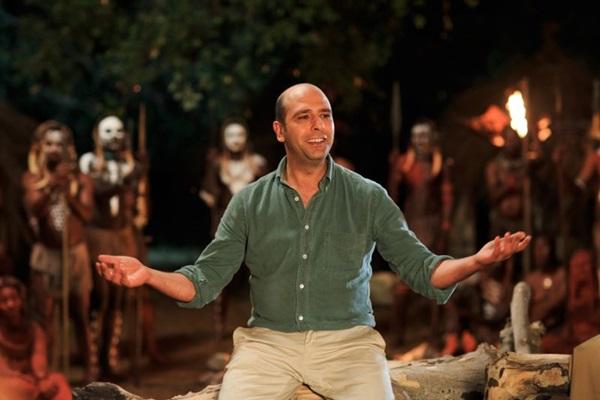 Contar a história da sua vida à tribo africana Kasu faz com que Checco se mantenha vivo (Galeria Filmes/Divulgação)