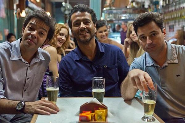 Bruno Mazzeo, Marcos Palmeira e Emílio Orciollo Netto tentam resolver os dilemas da vida à mesa do bar (Ique Esteves/Divulgação)