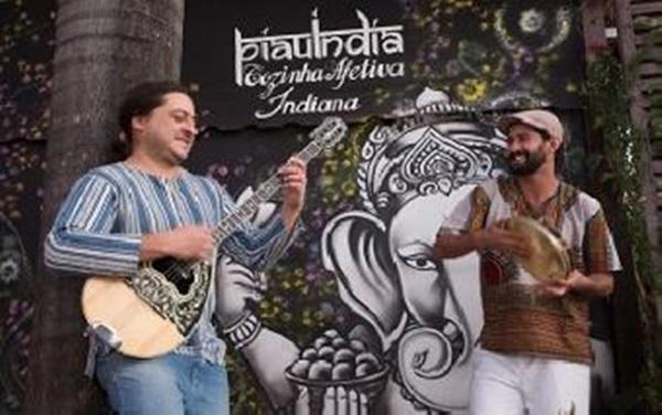 Bruno Yakalos (violão e bouzouki) e Beto Freire (percussão) incorporam influências da música oriental   (Reprodução/ internet )
