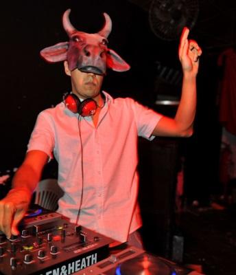 Em clima de carnaval fora de época, o evento incentiva o público a usar máscaras extravagantes (Luís Xavier de França/Esp. CB/D.A Press)