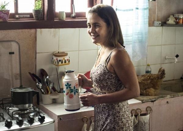 Atriz Adriana Esteves interpreta Fátima, uma empregada doméstica  (Estevam Avellar/Divulgação)