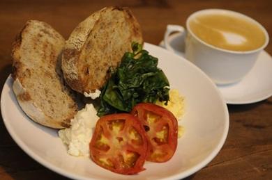 Pão artesanal, ovos mexidos, espinafre na manteiga e tomates assados: opção de desjejum do Dylan Cafe & Bakery ( Bruno Peres/CB/D.A Press)