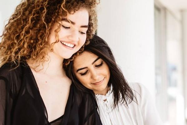 Ana Caetano e Vitória Falcão regravaram 'Tocando em frente' (Breno Galtier/Universal Music/Divulgação)