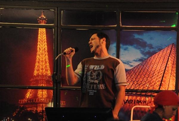 Cantar em karaokês pode ser uma boa opção para reunir os amigos ( Carlos Vieira/Esp. CB/D.A Press)