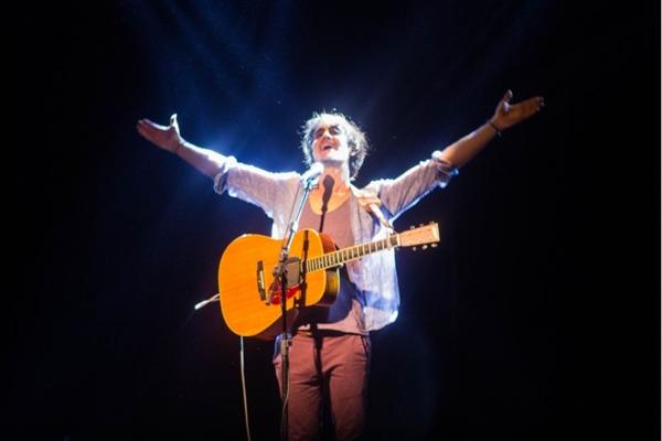 O cantor brasiliense chega a Brasília apresentando um novo show (Romulo Juracy/Esp. CB/D.A Press)