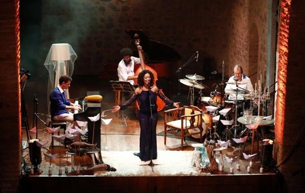 A cantora Mametto homenageia Dorival Caymmi e Vinícius de Moraes (Felipe Oliveira/Divulgação)