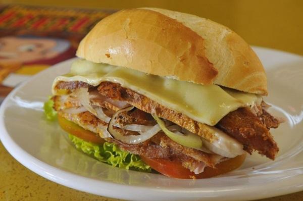 Na Pastelaria do Beto, a pedida certa é o sanduíche de pernil   (Minervino Junior/CB/D.A Press)