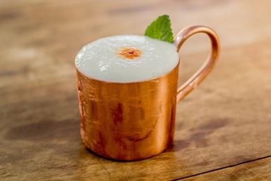 Moscow mule é pedida ideal nos dias quentes graças à forma como é servido: em caneca de cobre (Weivson Andrade/Divulgação )