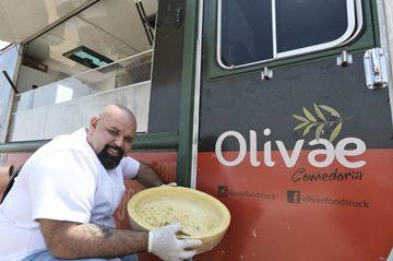 Agenor Maia, do Olivae Comedoria, finaliza espaguete à carbonara dentro de um quejo grana padano, repetindo gesto comum no restaurante convencional  (CBPFOT150920160641.jpg)