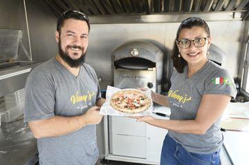 Vinícius e a mulher, Raquel, à frente de forno especial que atinge 450º C: com ingredientes nobres, pizzas são assadas em menos de dois minutos (Breno Fortes/CB/D.A Press)