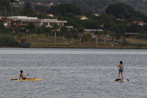 O SUP é sempre uma opção para os dias mais quentes em Brasília (Rodrigo Nunes/Esp. CB/D.A Press)