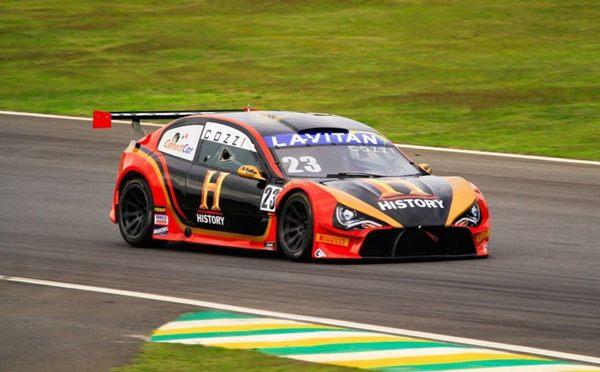 Na corrida mostra a rotina de uma equipe profissional de automobilismo (History/Divulgação)