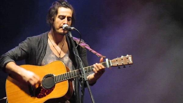 O cantor, nascido em Brasília, se apresenta no Centro de Convenções (Giral/Divulgação)