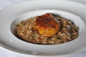 O risoto de rabada com grana padano e agrião baby é finalizado com um brulé de foie gras  (Helio Montferre/Esp. CB/D.A Press)
