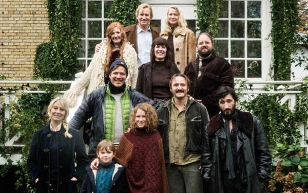 O casal Erik, Anna e a filha Freja, criam uma comuna e dividem moradia com outras pessoas (California Filmes/Divulgação)