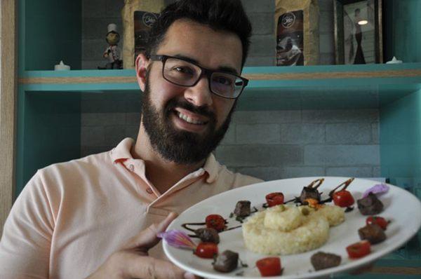 Chef Fábio Marques mostra o risoto em formato de ursinho, maneira encontrada para estimular o lado lúdico das crianças (Andre Violatti/Esp. CB/D.A Press)