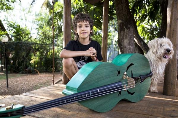 Bento toca muitos instrumentos, mas o preferido é o baixo (Thiago Milreu/Divulgação)