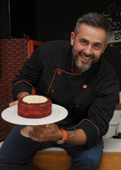 Alexandre Albanese e o bolo red velvet recheado com cheesecake (Bárbara Cabral/Esp. CB/D.A Press)