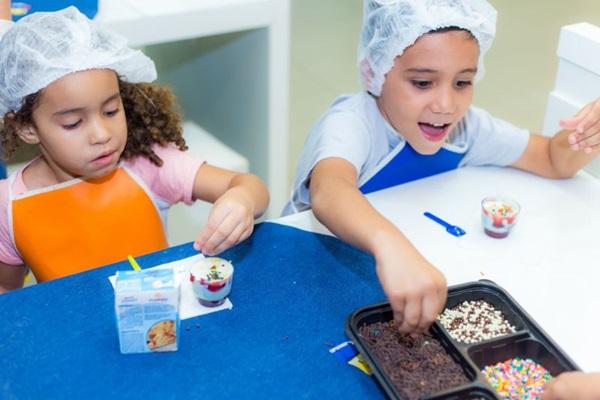 As crianças podem se divertir aprendendo a fazer rosquinhas assadas e um delicioso ratatouille (Fábio Mira/Divulgação)