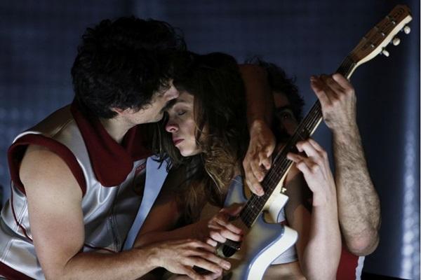 As cenas do espetáculo bebem na fonte de filmes, como Solaris e Barbarella (Felipe Lima/Divulgação)