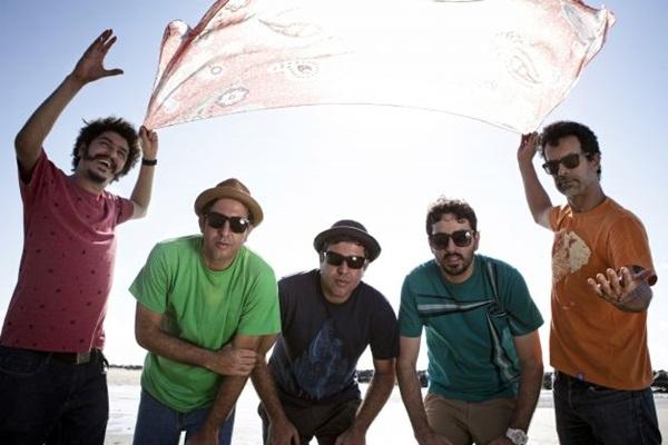 Banda Eddie comanda festa Original Olinda Style com uma mistura de rock, frevo, samba, reggae e surf music (Beto Figueiroa/Divulgação)