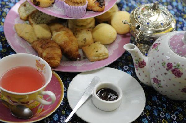 Os doces e salgados do chá vem servidos em um standcake no Vincent Casa de Chá (Bruno Peres/CB/D.A Press)
