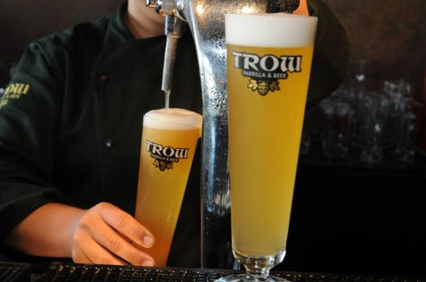 Marca do happy hour do Trow Parrilla & Beer é a informalidade (Bárbara Cabral/Esp. CB/D.A Press)