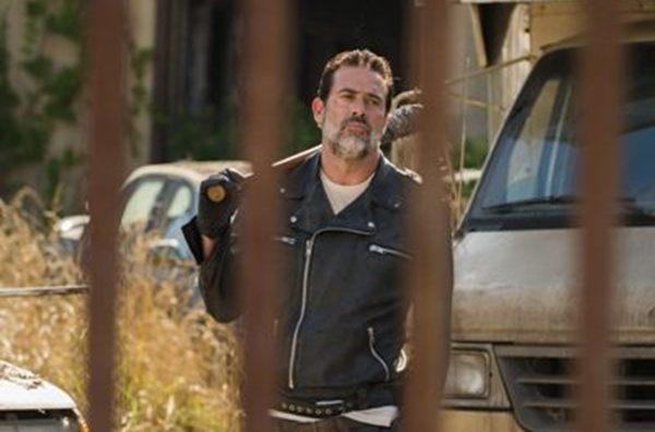 A identidade da vítima do vilão Negan é a grande dúvida da sétima temporada (Gene Page/AMC)