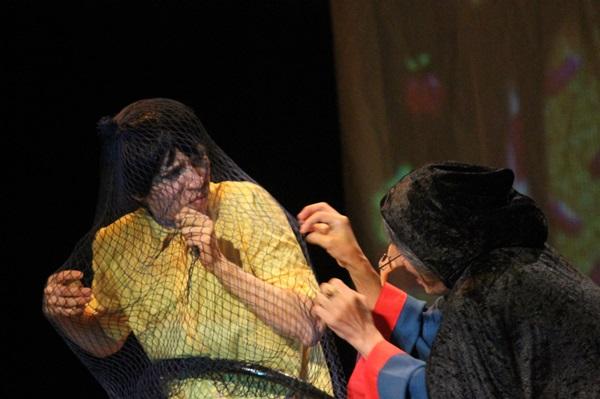 A bruxa captura as crianças para poder comê-las (Gabriel Murowaniecki/Divulgação)
